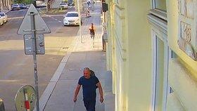 VIDEO: Dvě minuty a skútr byl fuč! Zloděj z Janáčkova nábřeží ujel na cizí motorce, hledá ho policie