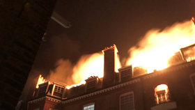 Luxusní rezidence chytla plamenem: S požárem bojovala stovka hasičů!