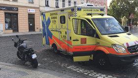 Sanitka se na Albertově srazila s motorkářem. Záchranáři ho hned ošetřili