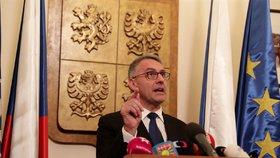 """Metnar odvolal šéfa Vojenské policie. Kvůli """"cinknutým"""" zakázkám za miliardy?"""