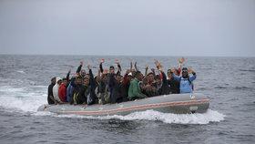 Nepomáhají nám, stěžují si uprchlíci. Několik lodí ve Středozemním moři je prý minulo