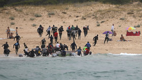 Leželi na pláži ve Španělsku, mezi ně se vylodili migranti. A začali utíkat