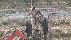 Ani překonání ostnatého plotu nepomohlo. Španělsko vrátilo útočné migranty do Maroka