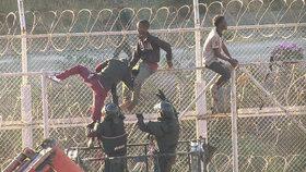 Migranti překonali ostnaté ploty: Nehašeným vápnem popálili španělské pohraničníky