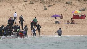 Mezi turisty na přeplněnou pláž mířil člun s migranty. Ve Španělsku zasáhla pobřežní stráž