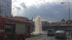 """Gejzír a potopa ve Vysočanech! Náklaďák sejmul hydrant, """"radost"""" z osvěžení utli hasiči"""
