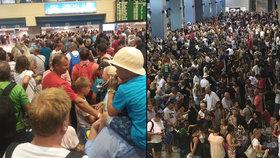 Nocování na letišti, davy a plačící děti: Češi uvízli na 19 hodin na Rhodosu