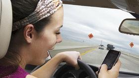 Za telefon za volantem pokuta přes 40 tisíc. Dovolenkový ráj Čechů chystá bič na řidiče