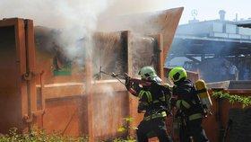 Na Chodově hořel lisovací kontejner. Hasiči nasadili do akce speciální  zařízení ead90874de