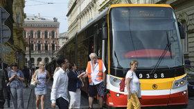 Propocení cestující v tramvajích. Dopravní podnik slibuje: Do konce roku bude už 126 vozů s klimatizací. Jak je poznáte?