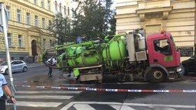Pod 16tunovým čisticím autem se na Vinohradech propadla silnice! Hasiči ho vyprostili