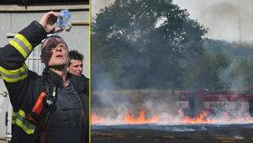 """Hasiči v extrémním vedru a suchu: Bojují s vlastní výdrží i """"neviditelným"""" ohněm"""