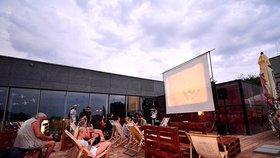 Kam do letního kina v Praze? Promítá se na břehu Vltavy i ve Stromovce, vyjíždí také kinobus