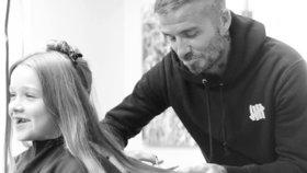 Celebrity na síti: David Beckham kadeřníkem a rozdávaly se zásnubní prsteny