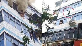 Matka (†29) vyhodila děti (3 a 9) z 5. patra hořícího domu, sama zemřela