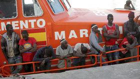Přetahovaná o uprchlíky. Německá loď je chtěla přivézt do Itálie