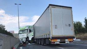 Dopravní komplikace na Strakonické: Nehoda kamionu a auta ochromila provoz směrem do centra