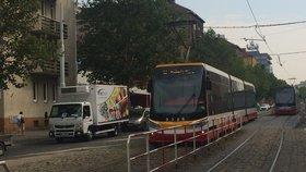 Řidič auta nedal přednost tramvaji a malér byl na světě: Policisté shánějí svědky nehody