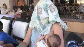 Matku při kojení v restauraci okřikli, ať se zakryje. Její reakce pobavila