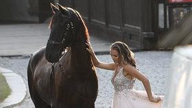Rozvádějící se šíleně smutná Vondráčková: Utekla na zámek ke koním! Princ ale chyběl