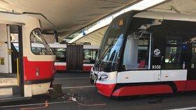 U Anděla se srazily dvě tramvaje. Zranilo se sedm lidí, směrem na Motol jezdil náhradní autobus