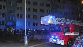 Noční pozdvižení v Řepích: Hořelo ve sklepě obytného domu