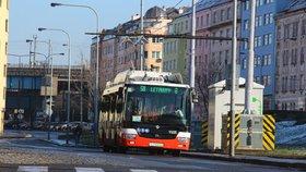 Nový pražský trolejbus je mimo provoz: Kvůli křovinořezu má rozbité sklo u dveří