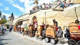 Nevídaný koncert pod Karlovým mostem: Flašinetáři z celé Evropy rozezněli své mašinky