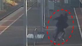 VIDEO: Svou 14letou přítelkyni smýkal pod vlak: Soudce ho pustil z vazby