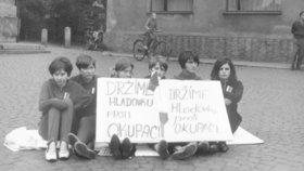 Česko hledá dívky z fotografie Jana Palacha: Zachytil je v srpnu 1968