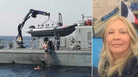 Jak přežila turistka 10 hodin v moři? Zpívala si, říká. Vyšetřují, proč spadla z lodi