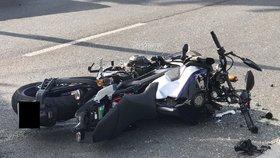 Opilý motorkář na Pelhřimovsku ujížděl policii: Naboural jim do auta, pak do stromu a skončil v nemocnici