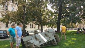 Tank okupantů se na výročí vrátil do Prahy: Na náměstí Kinských ho umístil výtvarník David Černý