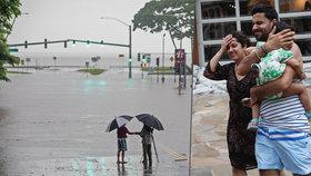 Evakuace turistů a záplavy kvůli hurikánu: Na Havaji vyhlásili stav ohrožení