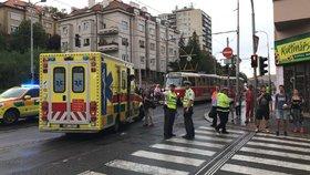 Nehoda na Klamovce zkomplikovala provoz: Tramvaj na zastávce srazila stařečka