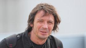Výtvarníka Černého vyhodili z letadla a roztrhali mu letenku. Měl být opilý