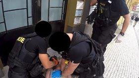 VIDEO: Boj o život v centru Prahy! Policisté oživovali muže, který prodělal epileptický záchvat
