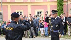 Pražští policisté přivítali nové kolegy. Při ceremoniálu byli odměněni i veteráni za věrnost