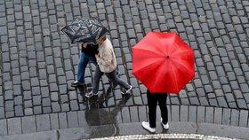 V sobotu bude až 23 °C, hrozí ale přeháňky i bouřky. Sledujte radar