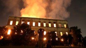 Národní muzeum Brazilcům zničil požár. Zachránili 1500 z 20 milionů artefaktů