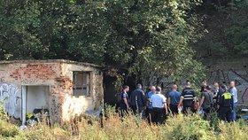 Plameny zachvátily nádražní domek na Zbraslavi: Uvnitř našli torzo lidského těla