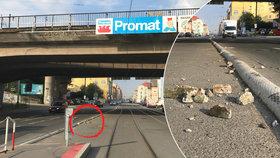 Železniční most na Balabence se rozpadá! Uvolnil se z něj kus betonu a spadl přímo do silnice