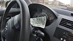 Komisaři rozdávali za úplatky řidičáky. Dostal ho i negramotný