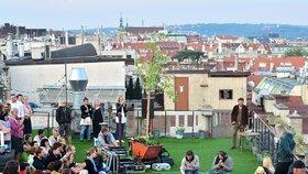 VIDEO: Nový hit v Praze: Koncerty za svítání na střeše Lucerny táhnou davy!