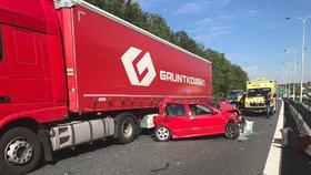 Nehoda dvou kamionů a auta zablokovala Pražský okruh u Běchovic: Ve směru na D1 se tvoří kolony