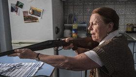 Herečka Iva Janžurová s puškou v ruce: Seď, nebo se netrefím!
