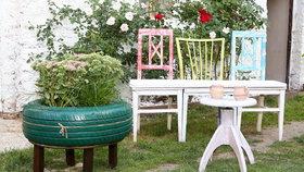 Vyrobte si kuchyňskou lavici ze starých židlí. Hodí se i na terasu