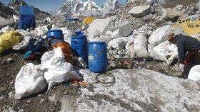 """Mount Everest čeká jarní úklid. Čína chce z nejvyšší hory """"odklidit"""" i těla horolezců"""