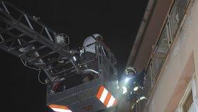Noční drama: Hasiči zasahovali na ubytovně v centru Brna, tři lidé se zranili