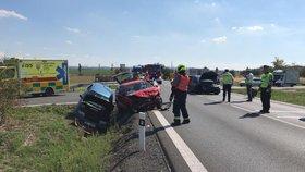 Vážná nehoda u Uhříněvsi: Jedno auto začalo hořet, kolabuje tu doprava